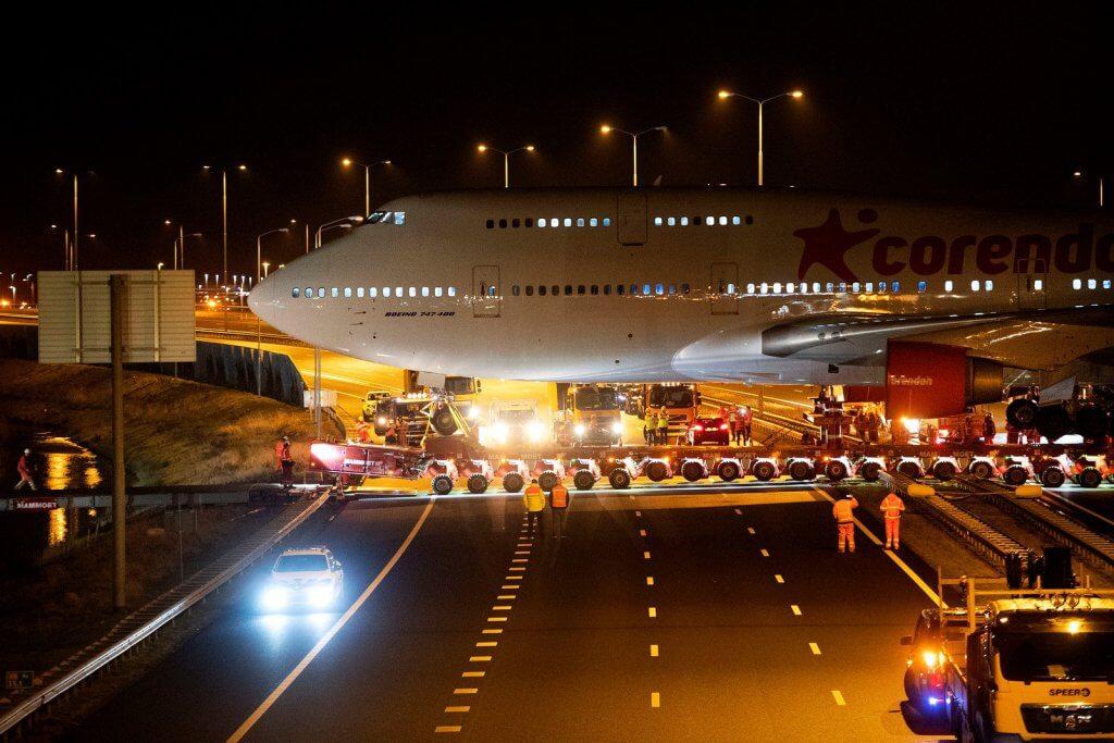 vliegtuig over snelweg